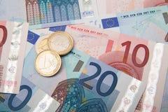 Monedas y billetes de banco euro Imagen de archivo libre de regalías