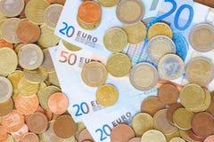 Monedas y billetes de banco euro foto de archivo