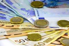 Monedas y billetes de banco euro Fotos de archivo