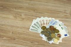Monedas y billetes de banco euro en la tabla Vista detallada de la moneda de curso legal de la unión europea, UE Imagenes de archivo