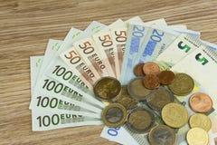 Monedas y billetes de banco euro en la tabla Vista detallada de la moneda de curso legal de la unión europea, UE Fotografía de archivo libre de regalías