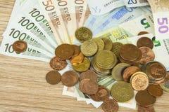 Monedas y billetes de banco euro en la tabla Vista detallada de la moneda de curso legal de la unión europea, UE Foto de archivo libre de regalías