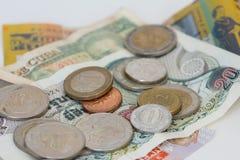 Monedas y billetes de banco extranjeros imagenes de archivo