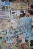 Monedas y billetes de cuatro diversas monedas - Europa, Vietnam, Gran Bretaña, y América fotografía de archivo