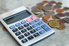 Monedas y calculadora imagenes de archivo