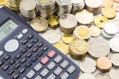 Monedas y calculadora de la moneda del mundo Fotografía de archivo libre de regalías
