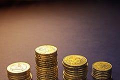 Monedas y centavos euro en fondo negro Imagenes de archivo