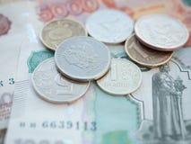 Monedas y cuentas de diversas denominaciones de la Federación Rusa Imagen de archivo libre de regalías