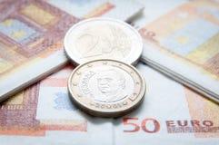 Monedas y cuentas euro Foto de archivo libre de regalías