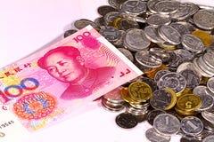 Monedas y efectivo de 100 yuan de RMB Imagen de archivo libre de regalías