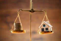 Monedas y escala apiladas de Balancing On Justice del modelo de la casa fotos de archivo libres de regalías