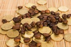 Monedas y granos de café Imagen de archivo libre de regalías