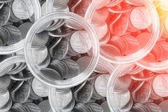 Monedas y la opinión superior de la botella, el fondo del ahorro de la moneda del baht tailandés, las monedas de los ahorros - in Foto de archivo