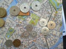 Monedas y mapa daneses Fotos de archivo