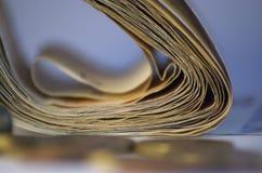 Monedas y paquete de dinero en fondo Fotografía de archivo