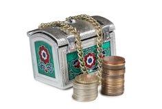 Monedas y pecho cuatro del metal foto de archivo libre de regalías