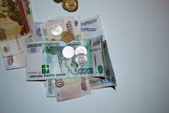 Monedas y primer de los billetes de banco