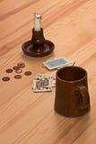 Monedas y una cubierta de tarjetas Fotos de archivo libres de regalías