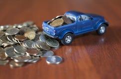 Monedas y una pista azul Imágenes de archivo libres de regalías