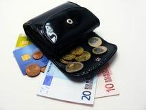Monedero con las tarjetas de crédito euro del dinero foto de archivo libre de regalías