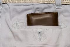 Monedero del cuero de Brown en el bolsillo Cartera a medio camino hacia fuera de una parte posterior de los vaqueros Vaqueros bla Fotos de archivo libres de regalías