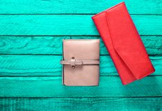 Monedero femenino en un fondo de madera de la turquesa Accesorios del ` s de las mujeres de moda Visión superior Fotografía de archivo libre de regalías