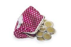 Monedero hermoso con las monedas aisladas en el fondo blanco Foto de archivo