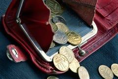 Monedero lamentable con las monedas fotos de archivo