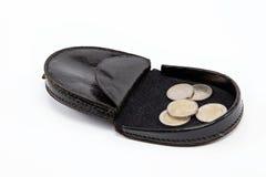 Monedero negro con las monedas del metal en blanco. Imagen de archivo