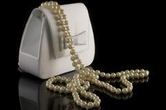 Monedero nupcial y una pila de perlas Imagen de archivo libre de regalías