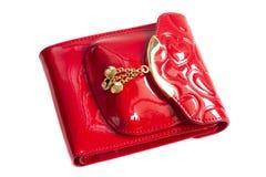 Monedero rojo con el metal del oro aislado en blanco Imágenes de archivo libres de regalías