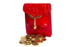Monedero rojo con el metal del oro aislado en blanco Fotografía de archivo libre de regalías
