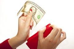 Monedero rojo en manos con el dólar Fotos de archivo