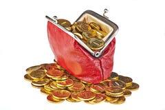 Monedero rojo viejo y monedas de oro. Foto de archivo