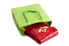 Monedero rojo y bolso verde aislados en blanco Fotografía de archivo