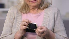 Monedero vacío de la demostración de la mujer del trastorno, pobreza del retiro, crisis financiera, crédito almacen de metraje de vídeo
