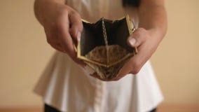 Monedero vacío en manos del ` s de las mujeres
