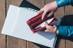 Monedero vacío y el papel en la carpeta imagen de archivo