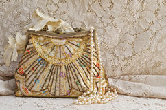 Monedero y perlas del vintage Fotografía de archivo libre de regalías