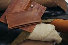 Monederos en diversos estilos que hicieron del cuero auténtico colorido Fotografía de archivo libre de regalías