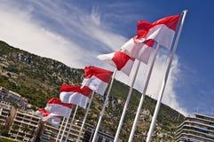 Monegaskiska flaggor på hamnen av Monaco Arkivfoto
