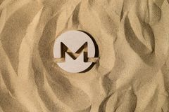 Monero tecken på sanden royaltyfri foto