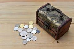 monet pojęcia ręk pieniądze stosu chronienia oszczędzanie Fotografia Royalty Free