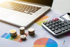 monet pojęcia ręk pieniądze stosu chronienia oszczędzanie Pieniężny biznesowy wykres z laptopem i kalkulatorem obrazy royalty free