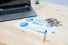 Monet sterty z notatnika laptopem zdjęcie stock