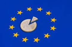 Moneta affettata di ââeuro sulla bandiera di UE Immagini Stock Libere da Diritti