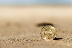 Moneta alla festa nella sabbia sulla spiaggia, Mare del Nord dell'Ucraina di affari Fotografia Stock