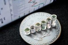 Moneta americana d'argento dell'aquila con i dollari che formano i punti in aumento Fotografie Stock Libere da Diritti