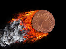 Moneta bruciante con una traccia di fuoco e di fumo Fotografie Stock Libere da Diritti