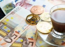Moneta cripto dorata di valuta di Bitcoin sulle euro banconote Investimenti, concetto digitale di pagamento di cryptocurrency immagine stock